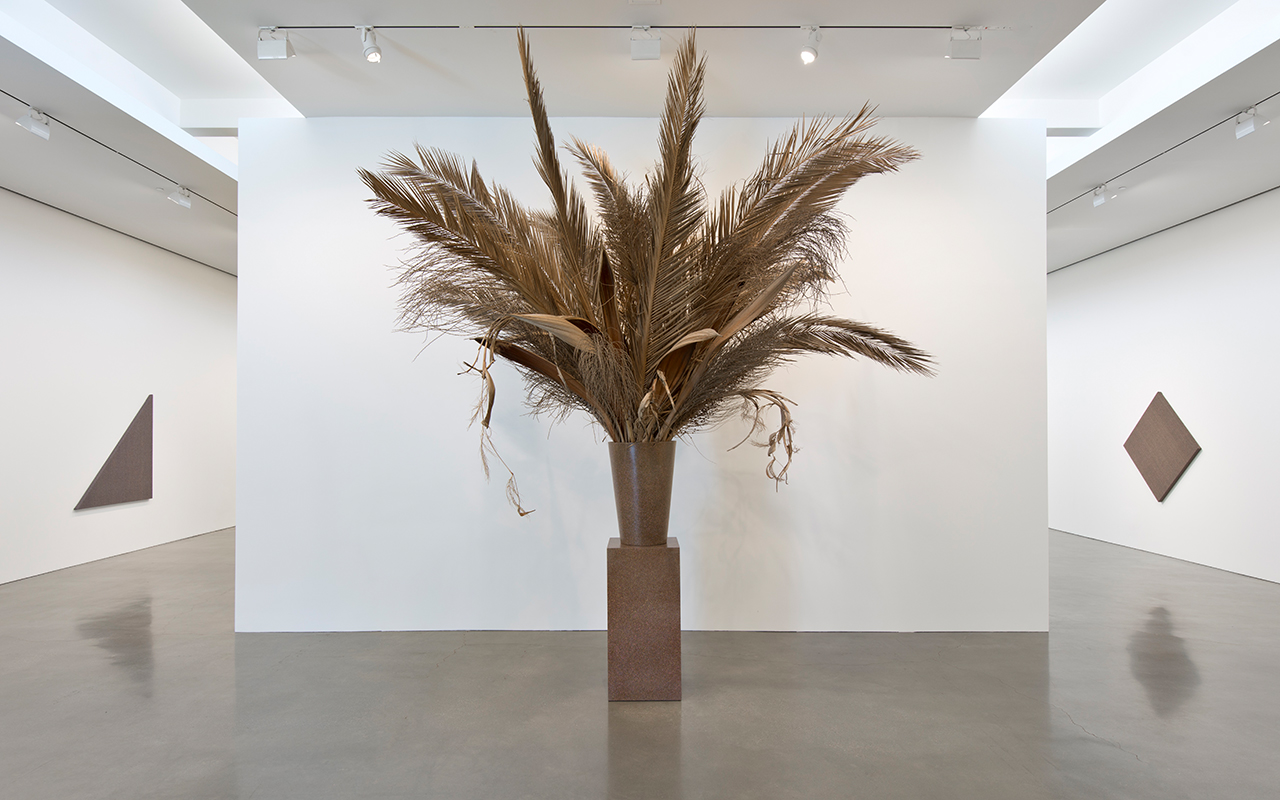 Willem de Rooij, Bouquet XVI, 2015, arrangement of dried palm fronds and inflorescence all locally assembled, vase, pedestal. Courtesy: the artist and Regen Projects, Los Angeles
